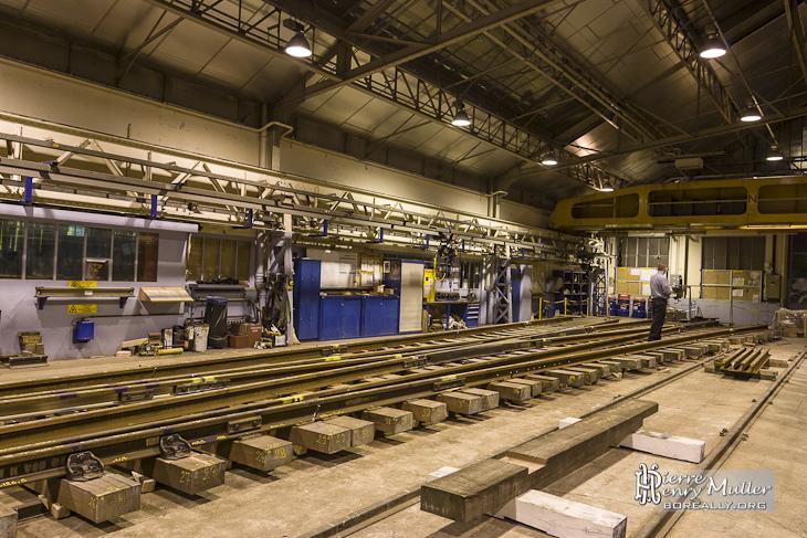 Appareil de voie ou aiguillage en cours d'assemblage dans les ateliers de la RATP