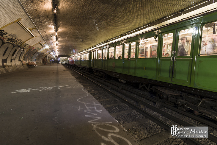 Très Deuxième quai de la station de métro fantôme Croix-Rouge de la  HH03
