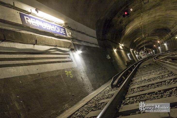 Plaque de station fictive République sur la ligne de formation de Gare du Nord