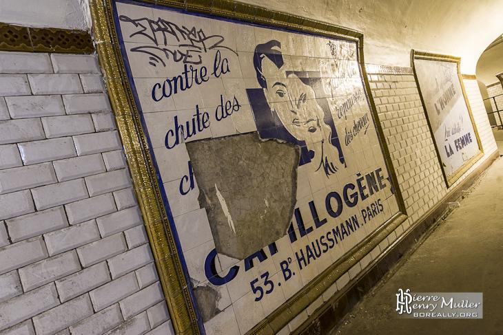 Publicité en faïence sur les quais de la station fantôme Saint Martin
