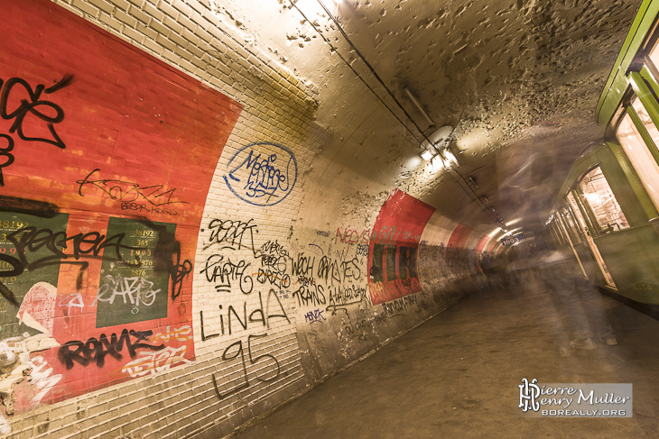 Quai unique de la station fantôme Haxo du métro parisien