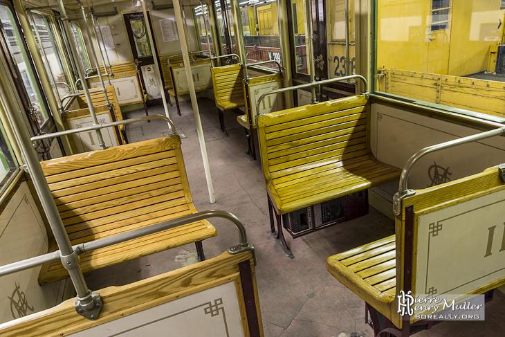 Siège en bois dune voiture Sprague Thomson du métro