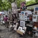 Peintres réalisant une toile de peinture sur la place du Tertre à Paris