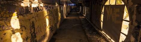 ...Les coursives du toit de la piscine abandonnée Molitor et on jeu de couleur et d'ombre avec les lumières de la ville....