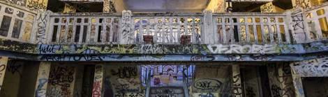 ...Au fond du bassin d'été extérieur, un double escalier monte vers les étages des cabines de change....