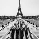 Jets d'eau du Trocadéro et la Tour Eiffel à Paris en symétrie noir et blanc