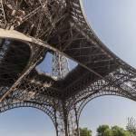 Les 4 pieds et le premier étage de la Tour Eiffel vue du dessous à Paris