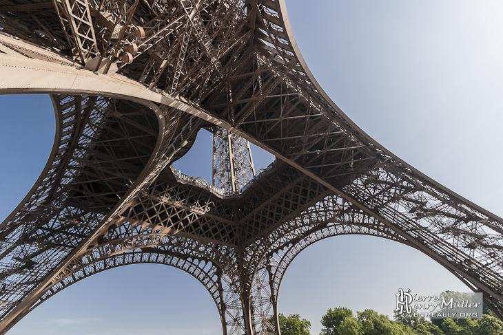 Les 4 pieds et le premier étage de la Tour Eiffel vue du ...
