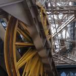 Roue jaune de machinerie d'ascenseur et guides d'ondes de la Tour Eiffel