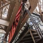 Roue rouge d'ascenseur de la Tour Eiffel en mouvement