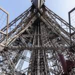 Structure métallique interne de la Tour Eiffel depuis le premier étage