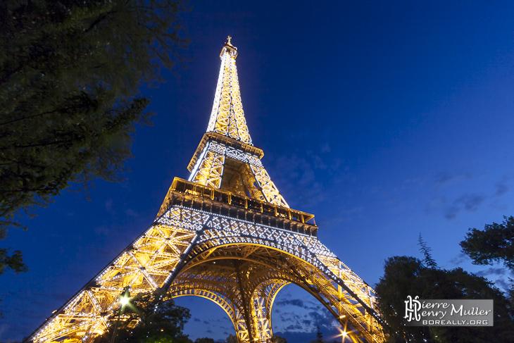 Tour Eiffel au coucher de soleil avec tous les flash allumés