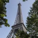 Tour Eiffel dans son écrin de verdure du Champs de Mars à Paris