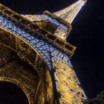 Tour Eiffel de nuit avec ses illuminations au grand angle