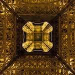 Vue d'en dessous de la Tour Eiffel en symétrie de nuit