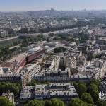 Vue sur le musée du quai Branly et le centre de Paris depuis la Tour Eiffel