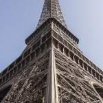 Vue symétrique de la Tour Eiffel depuis le sol