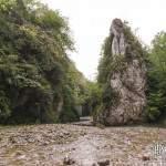 Bloc rocheux sur le lit du ruisseau dans les Gorges de Kakuetta
