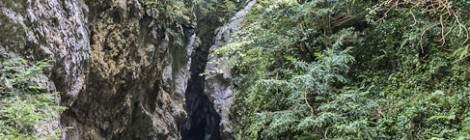 ...Entrée de la grotte en TTHDR au fond des Gorges de Kakuetta, les visiteurs peuvent s'aventurer sur les premiers cinquante mètres....