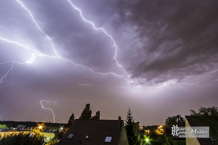 Éclairs horizontaux et verticaux lors d'un orage en région parisienne