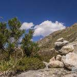 Cairn sur un chemin de montagne dans les Pyrénées espagnoles