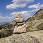 Cairn, montagne, ciel bleu et nuage dans les Pyrénées espagnoles
