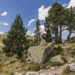 Cairn et rocher avec peinture de balisage du chemin de randonnée