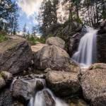 HDR d'une cascade, ses rochers et sa forêt dans les Pyrénées en Espagne