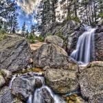 HDR impressionniste d'une cascade de montagne en pause longue
