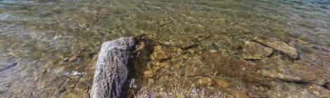 ...Lac de montagne muti-couleur grâce à l'utilisation d'un filtre polarisant....
