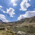 Lac de montagne, soleil et ciel bleu en photo HDR