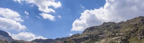 Photo HDR d'un paysage de montagne avec un lac, le soleil et le ciel bleu....