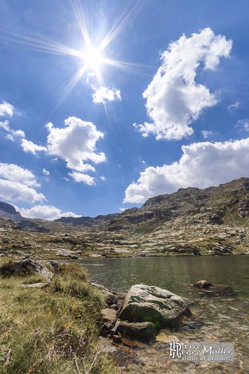 Photo hdr d'un paysage de montagne avec un lac, le soleil et le ciel