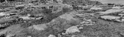 Cette photo en noir et blanc d'un lac de montagne est issu d'un traitement TTHDR de la photo couleur présente dans le même album....