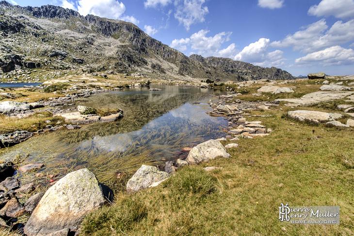 Paysage TTHDR d'un lac en montagne
