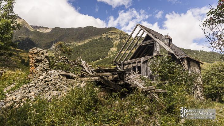 ruine d 39 une maison de montagne dans les pyr n es espagnoles boreally. Black Bedroom Furniture Sets. Home Design Ideas