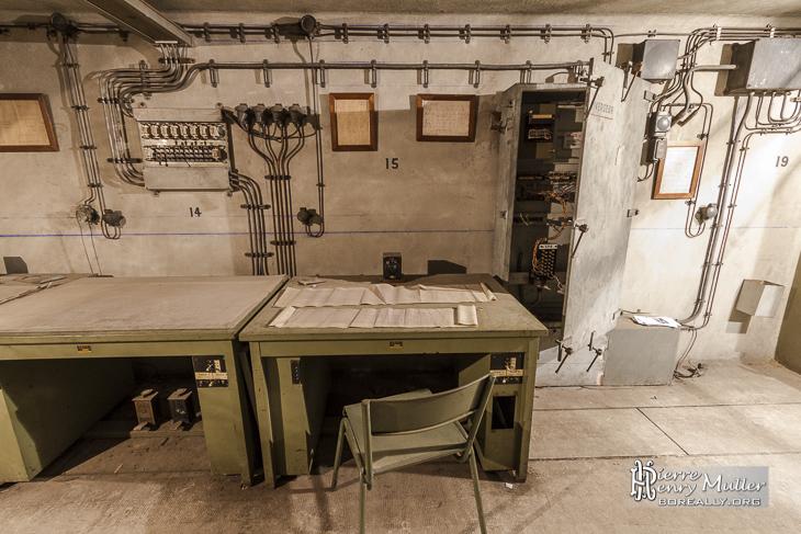 Bureau métalique et pédales de contrôle au poste de régulation