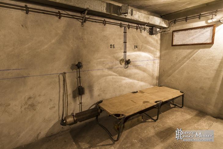 Lit d'appoint dans le bunker de la Gare de l'Est