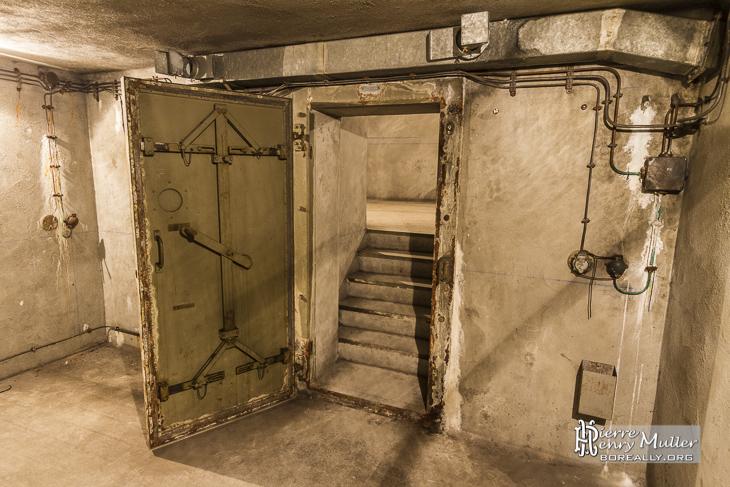Porte renforcée d'un sas du bunker de la Gare de l'Est