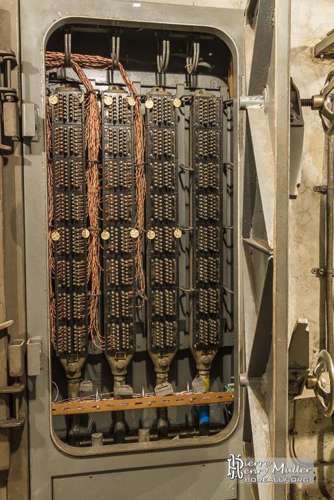 Tableau de brassage téléphonique dans un tableau étanche du bunker