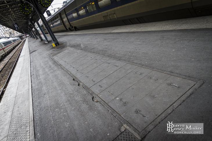 Trappes d'accès au bunker depuis les quais de la Gare de l'Est à Paris