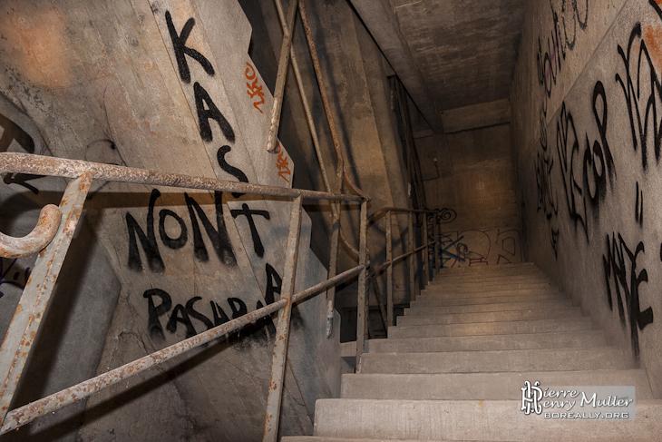 Double escalier entre le bunker et le bâtiment le Laboratoire des Ponts et Chaussées