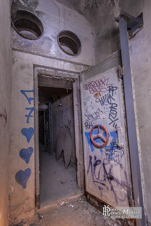 Porte blindée et conduite anti souffle menant au puits d'aération du bunker
