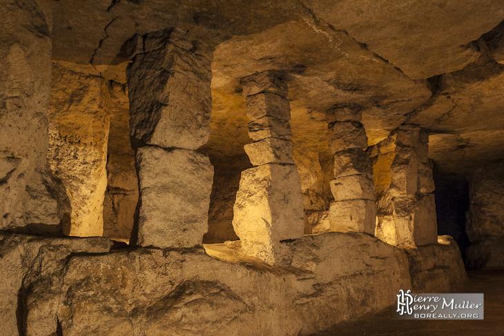 Alignement de piliers à bras dans la carrière souterraine d'Auvers sur Oise