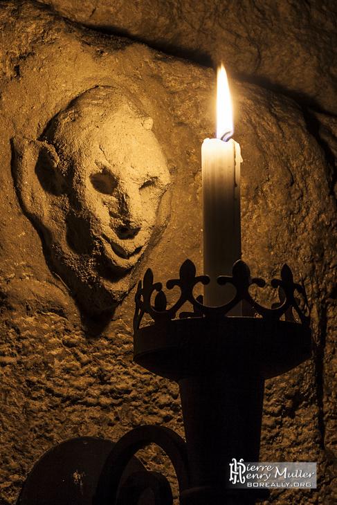 Visage de diable modelé sur un mur de la carrière souterraine