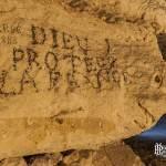 Ecriture Dieu protège la France sur un mur de la carrière Bazemont