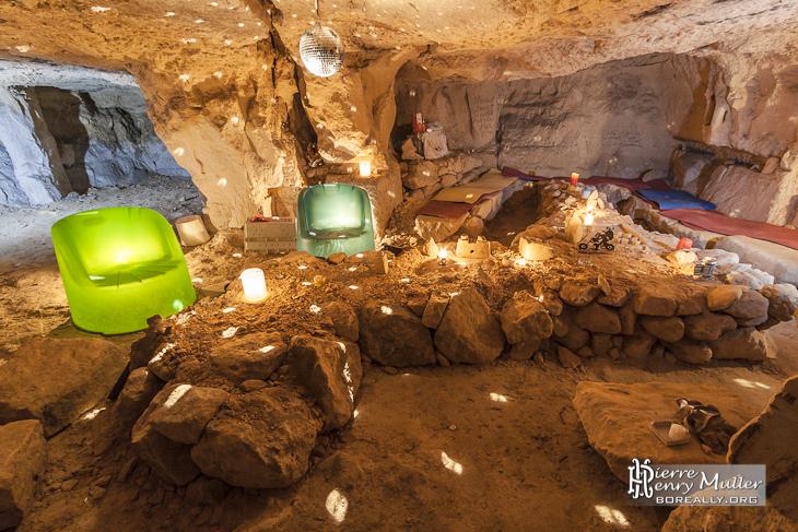 Squat souterrain aménagé avec ambiance disco dans la carrière Bazemont