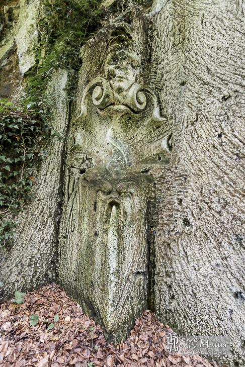 Fontaine sculptée dans la roche par Henri Louis Leclabart