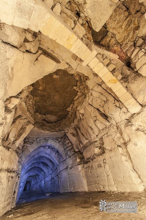 Allée consolidée avec des arches faites par les carriers et début de fontis