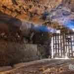 Entrée de la carrière souterraine avec faisceau de lumière du jour